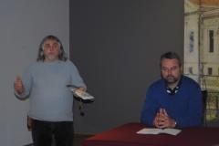 A Békéscsaba három évszázada című városismereti szabadegyetem második előadására került sor november 22-én délután a Munkácsy Mihály Múzeum Múzsák termében. A Békéscsabai Városvédő és Városszépítő Egyesület rendezvényén Medgyesi Pál múzeumigazgató-helyettes rövid köszöntőjét és Ugrai Gábor történelemtanár bevezető gondolatait követően Várai Zsuzsanna történelemtanár, az egyesület elnőkségi tagja Hogyan rendezkedtek be új otthonukban őseink? című prezentációját hallgathatta meg a diákokból álló népes közönség. --- Nagy Éva közművelődési munkatárs Fotók a rendezvényről: Medgyesi Pál és Ugrai Gábor Várai Zsuzsanna A hallgatóság